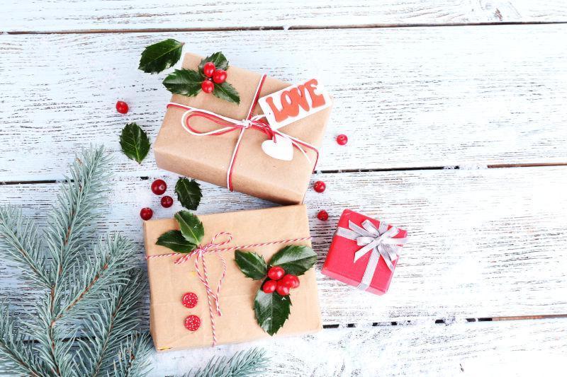 桌子上精致的圣诞礼品盒