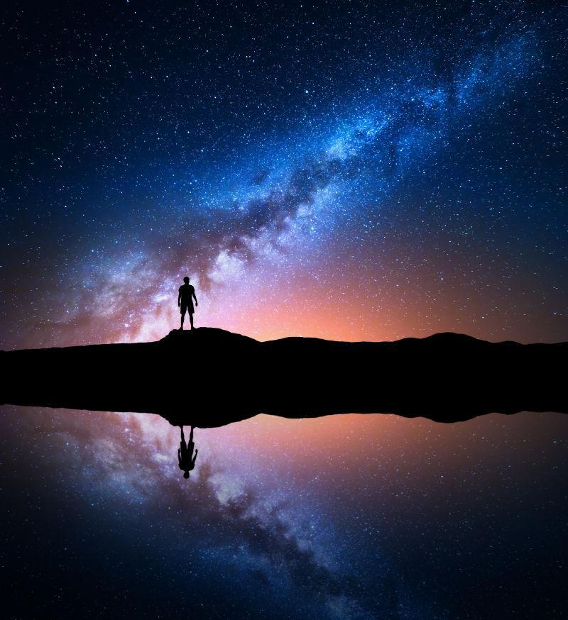 夜空中银河系下的身影