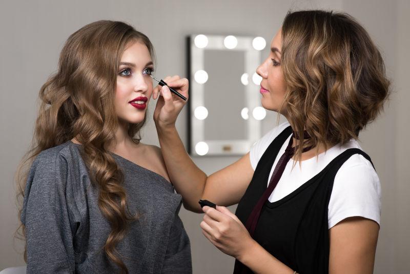 化妆过程中的西方美女