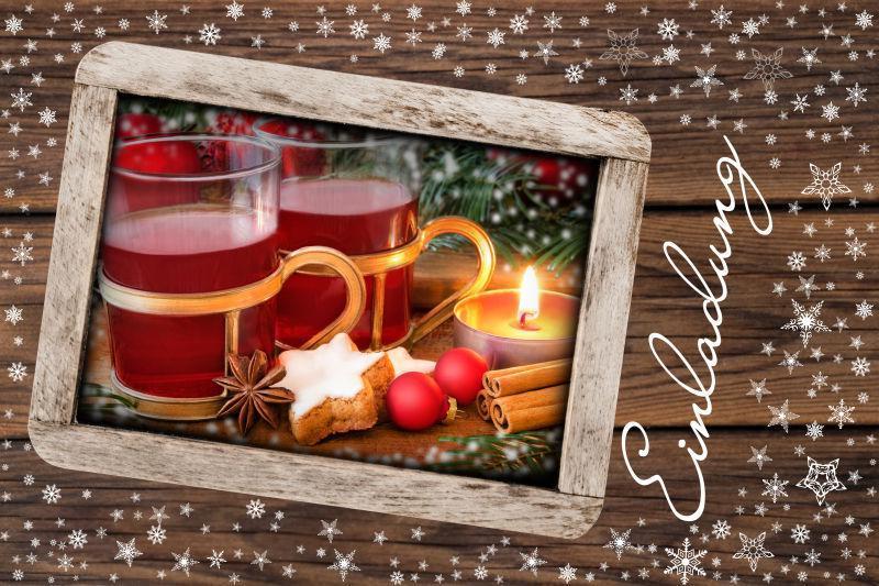 画着葡萄酒和甜点的圣诞邀请卡