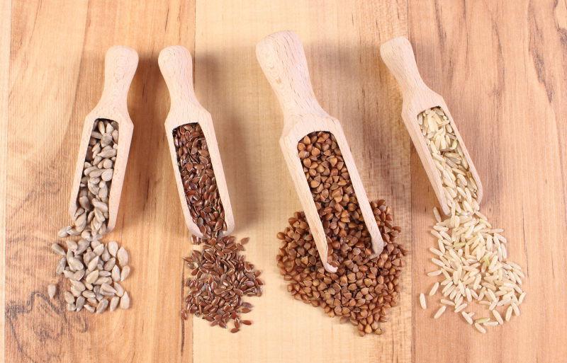 木制背景下的各种食材