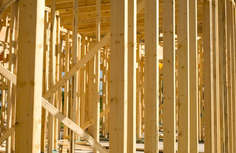 黄色的正在建设的木头房子