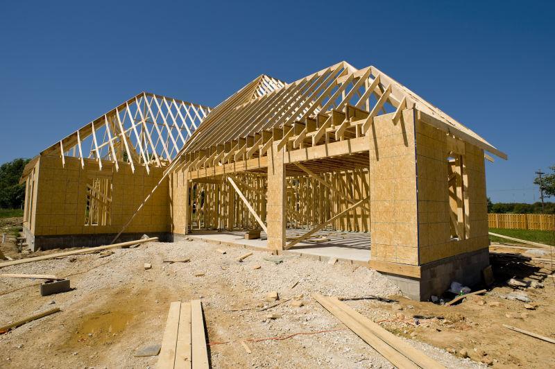 蓝天下土地上正在建设的房子