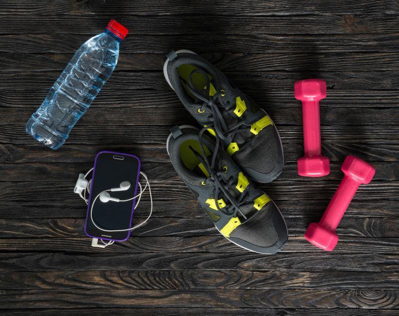 暗木背景下的体育健身器材