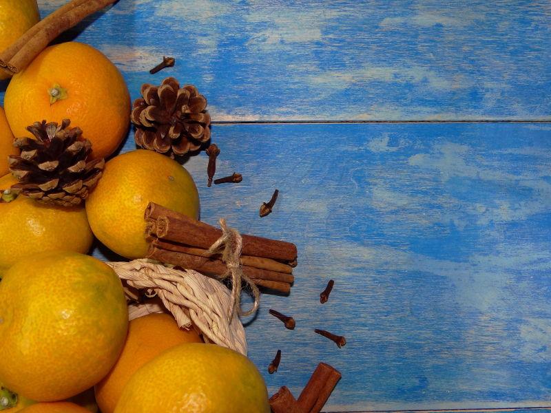 蓝色木板上的橙子