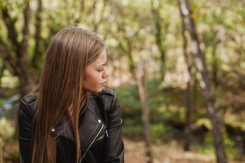 美丽森林中的沉思女人
