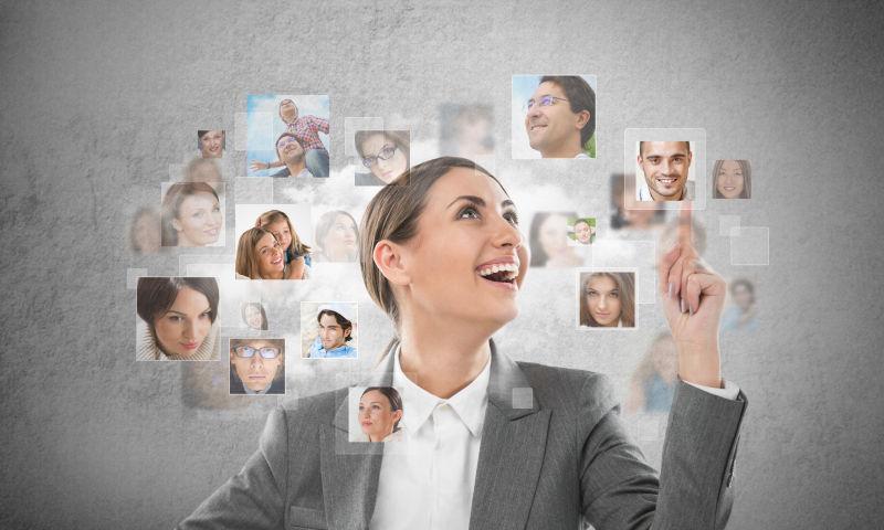 成功的商业女性分享她的社交圈