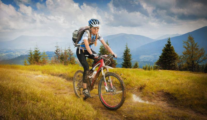 在野外骑山地车的女性