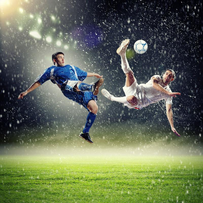 两个人正在争抢足球