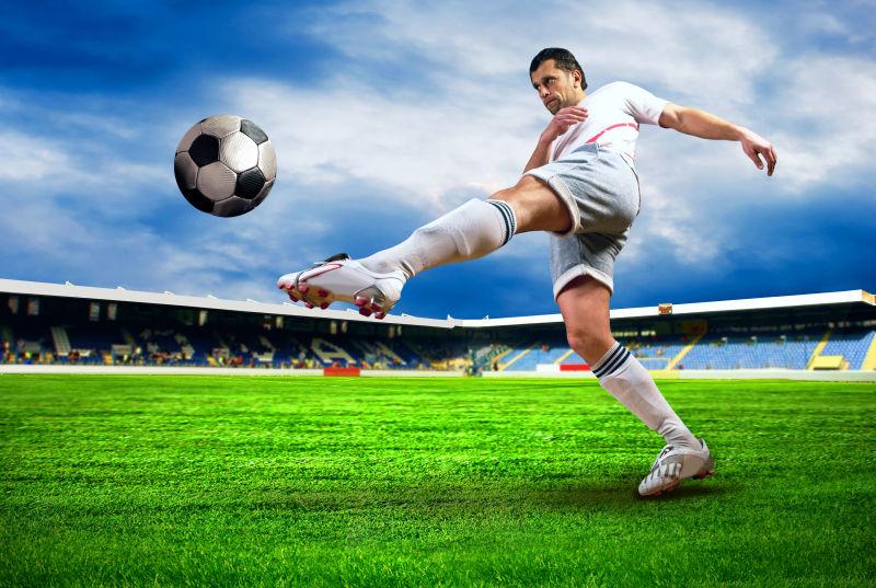 踢球的运动员