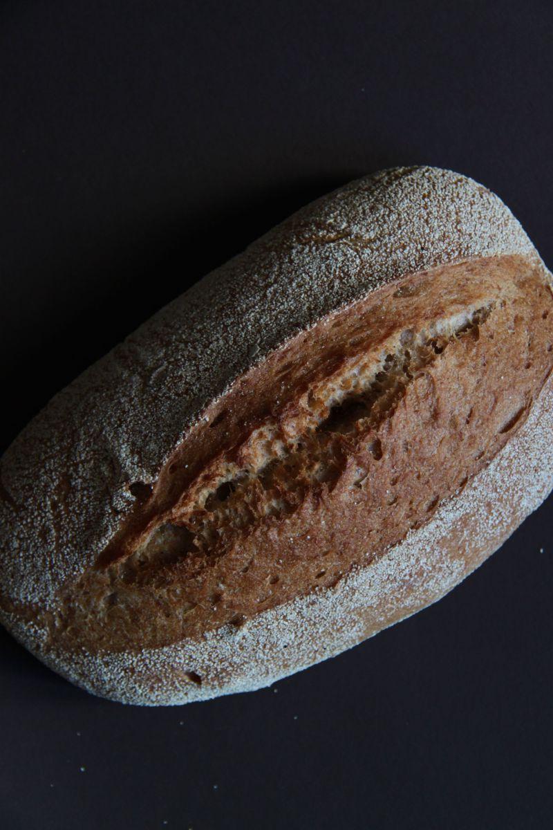 新鲜美味的手工面包晚餐