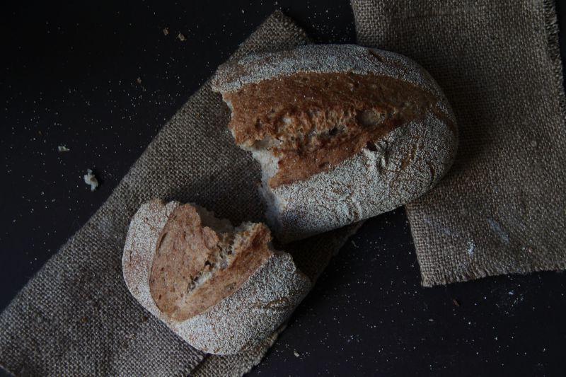 一个掰成两瓣的手工面包