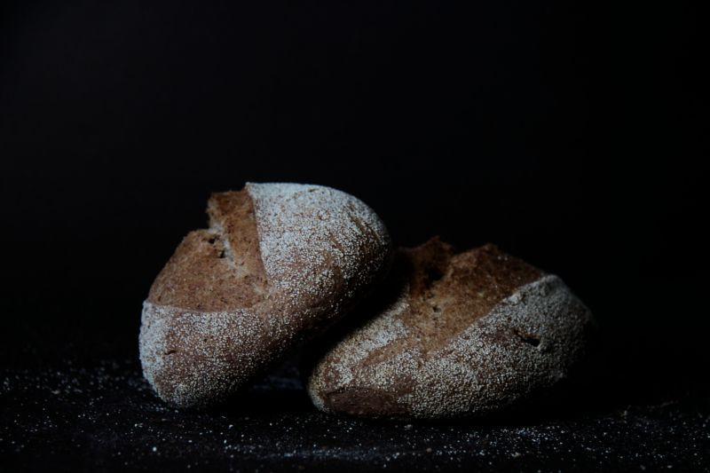 两块看起来很有食欲的手工面包
