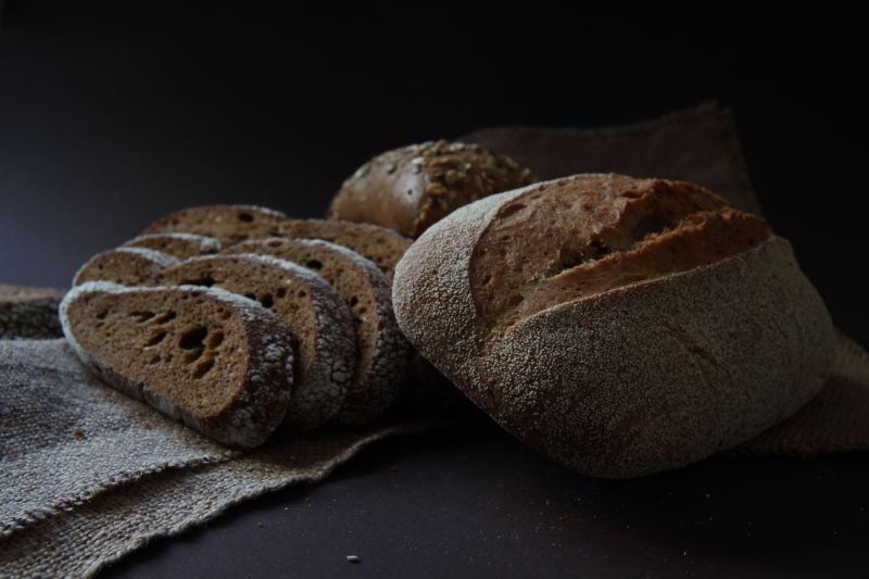 桌子上的新鲜美味的手工面包