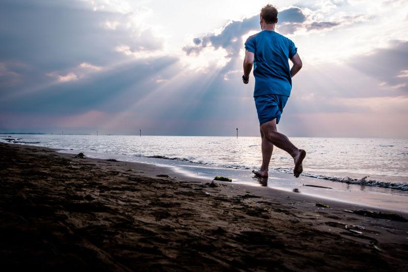 海滩上跑步的人