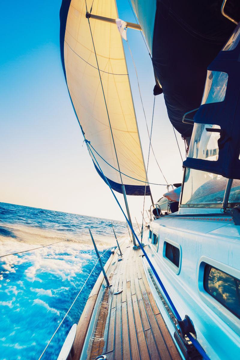 蓝天下冒险的帆船