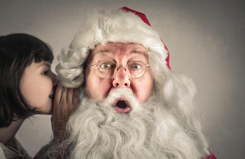 美女在圣诞老人的耳边窃窃私语