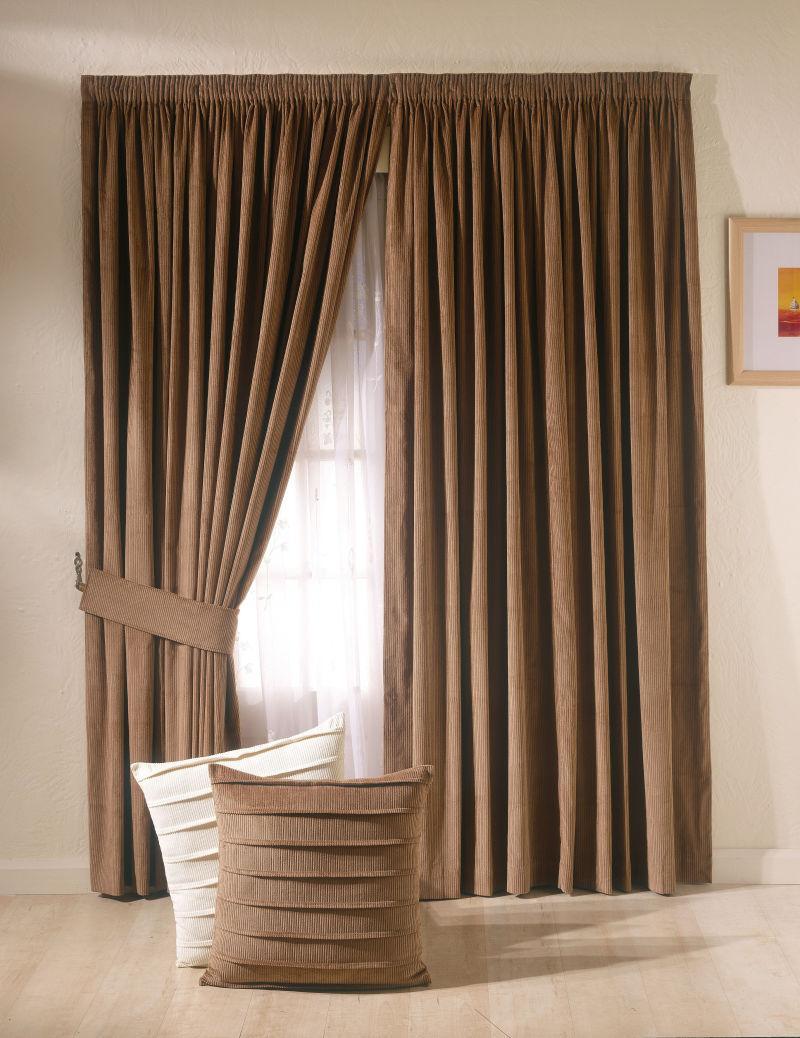 灰色窗帘和落地窗的设计