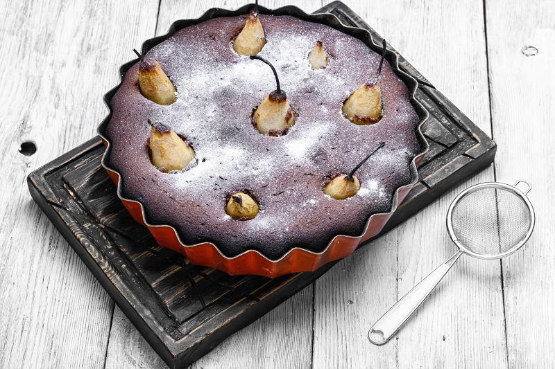 盘子里梨子烘焙的蛋糕