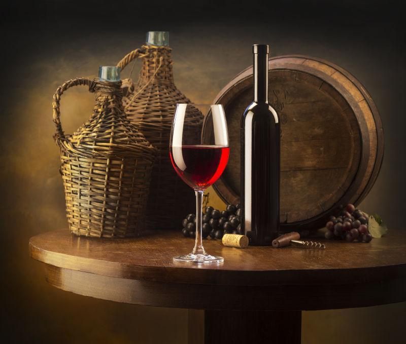 桌子上的葡萄酒和葡萄
