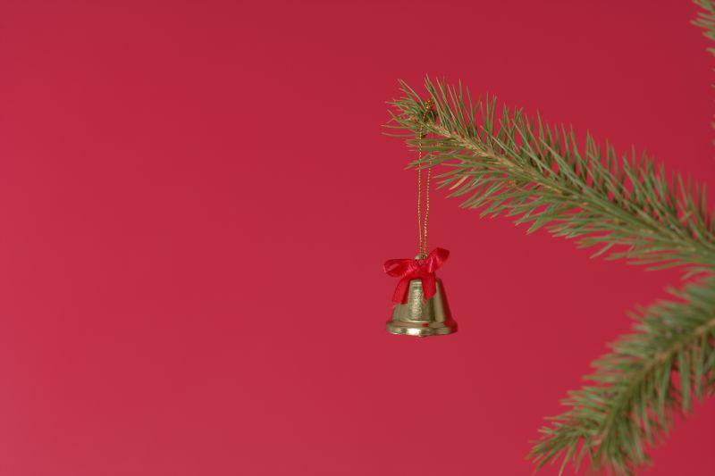 可爱的圣诞铃铛挂在圣诞树的枝头
