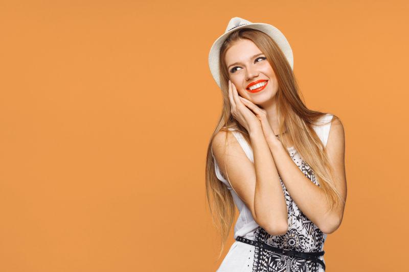 橙色背景下的快乐女孩