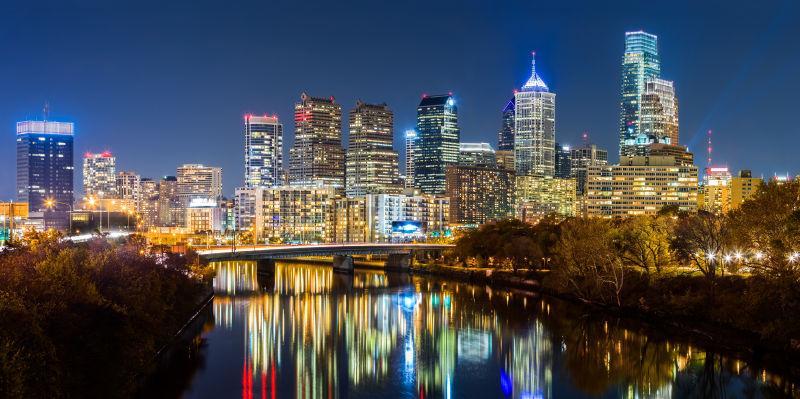 夜晚的现代城市和在水中的倒影