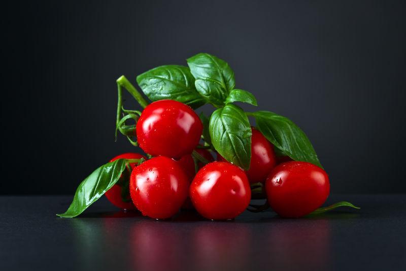 黑色桌面的红色小番茄