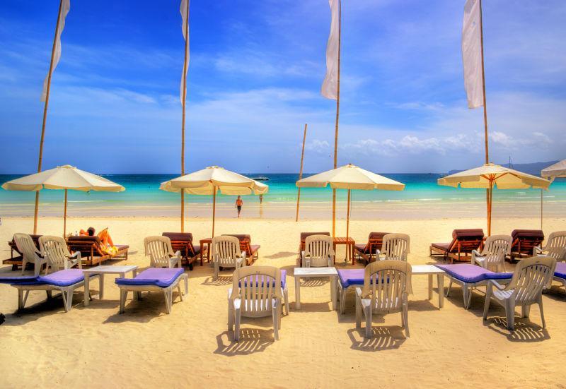 热带度假日的休息椅