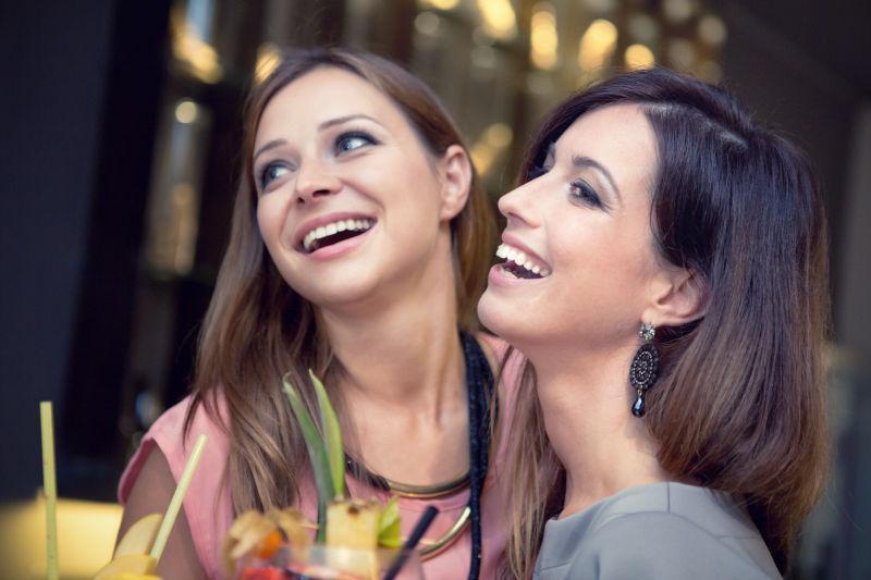 俱乐部里玩得开心的两个美女