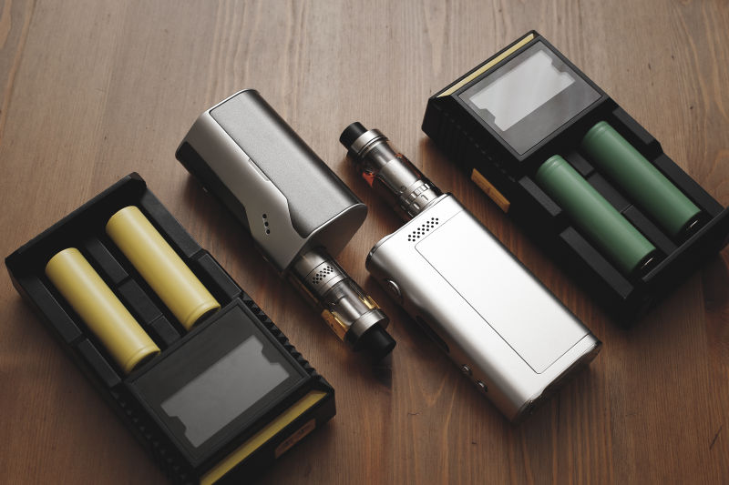 两对电子烟设备与电池