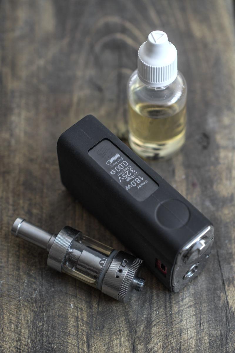 电子烟中的烟嘴与蒸发装置