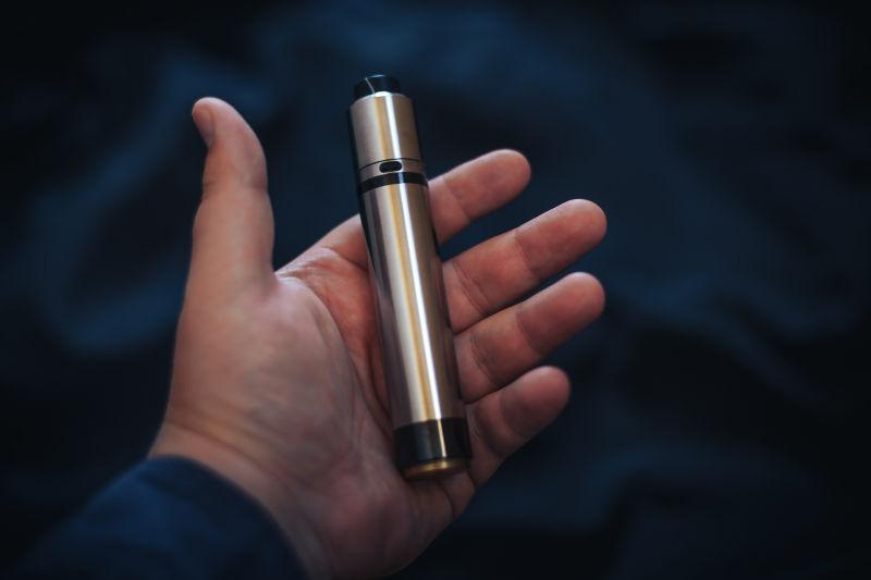 金属质感的电子烟