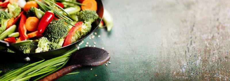 木桌上的新鲜蔬菜和木勺