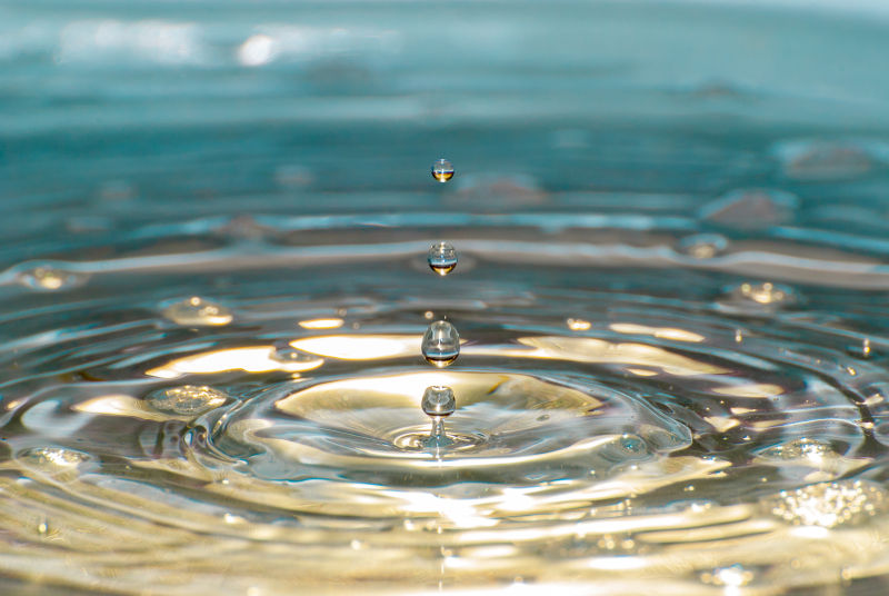 正在滴落的水滴