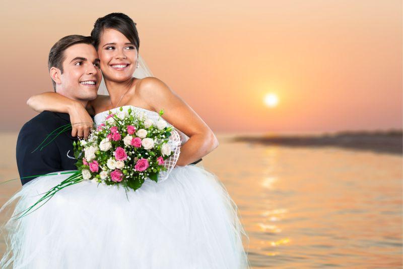 海边新郎抱着新娘