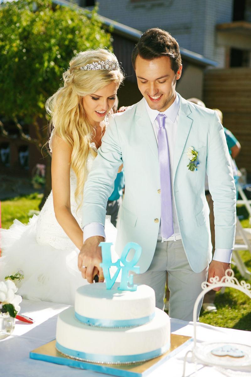 新郎新娘切蛋糕