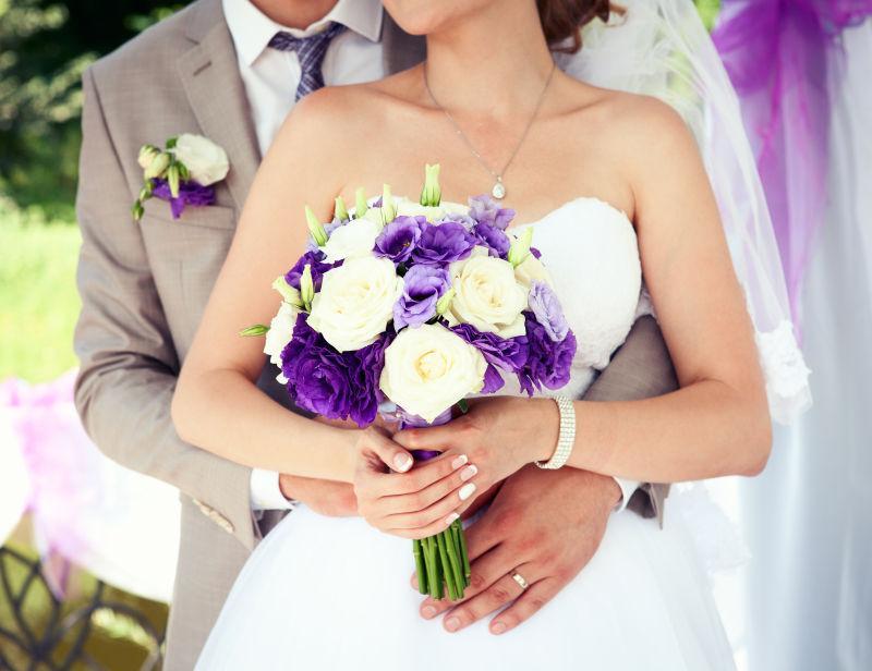 婚礼上手牵手的新郎新娘