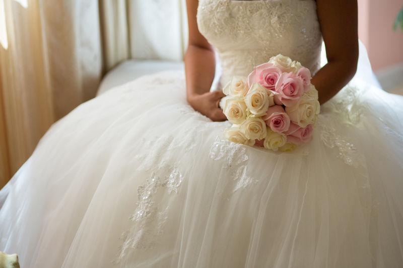 新娘捧着玫瑰花束