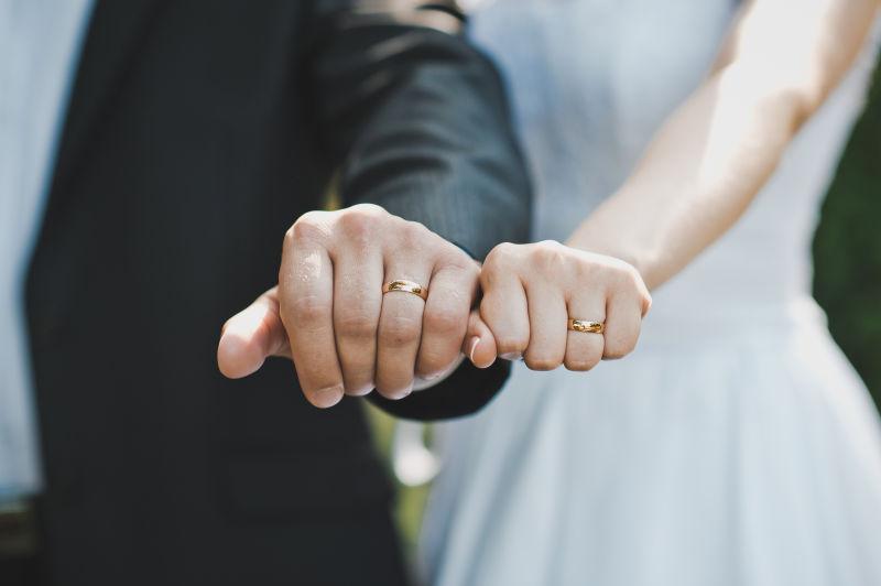 互换新婚戒指的新郎新娘