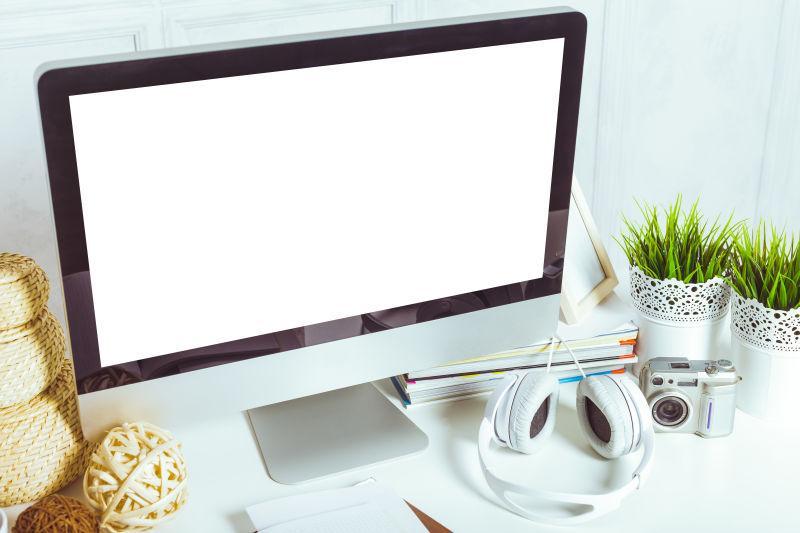 办公桌上的苹果电脑