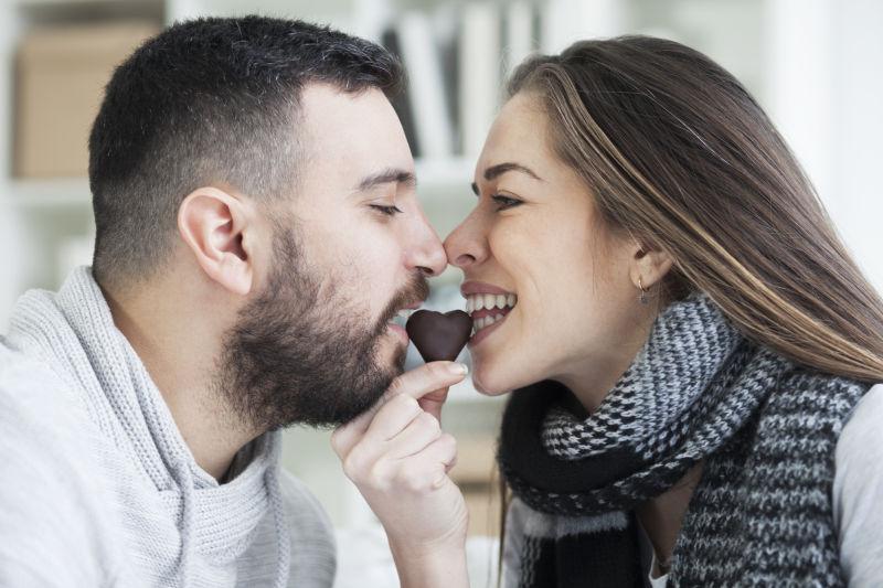 一起吃爱心巧克力的年轻情侣