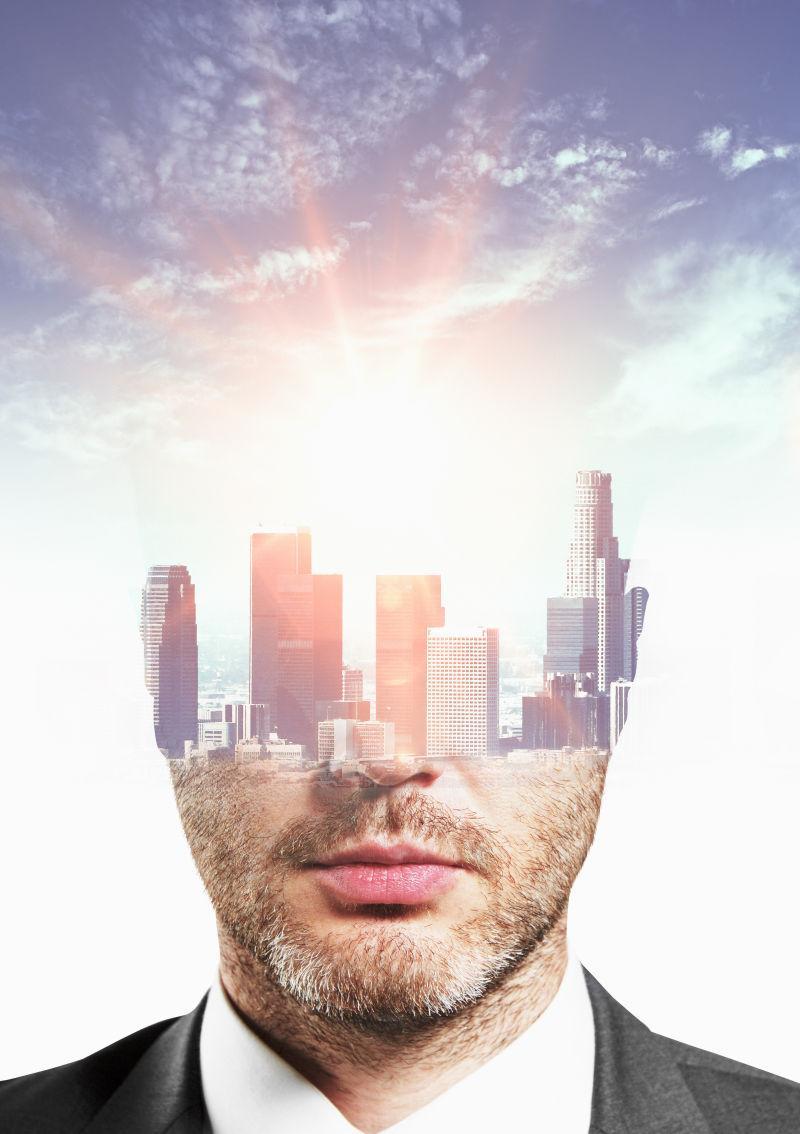 天空背景下的城市和商人肖像的双重曝光