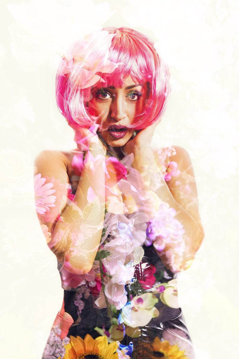 戴假发的美女和鲜花的双重曝光