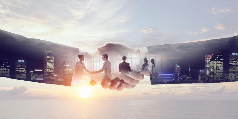 城市背景和握手的商人的双重曝光