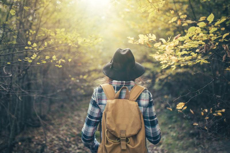 森林中穿行的森女背影