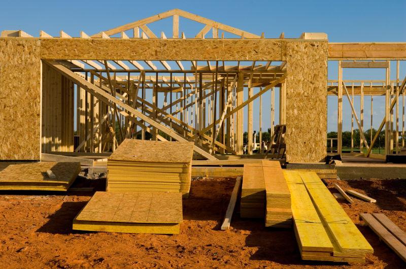 蓝天下正在使用木材建造的房屋