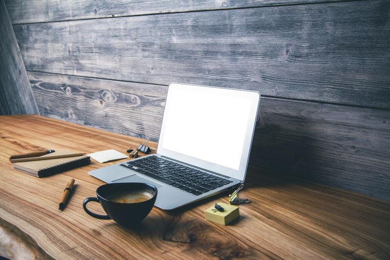 办公桌上的空白的笔记本电脑
