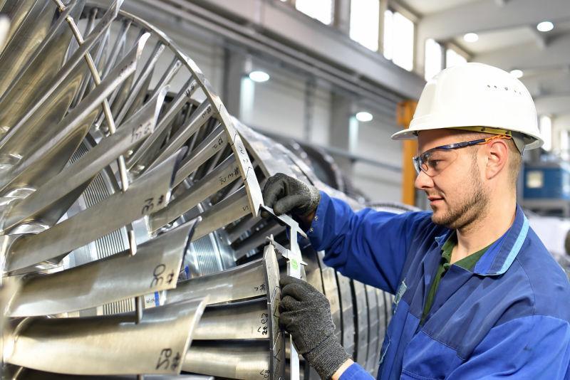工程技术人员在量燃气轮尺寸