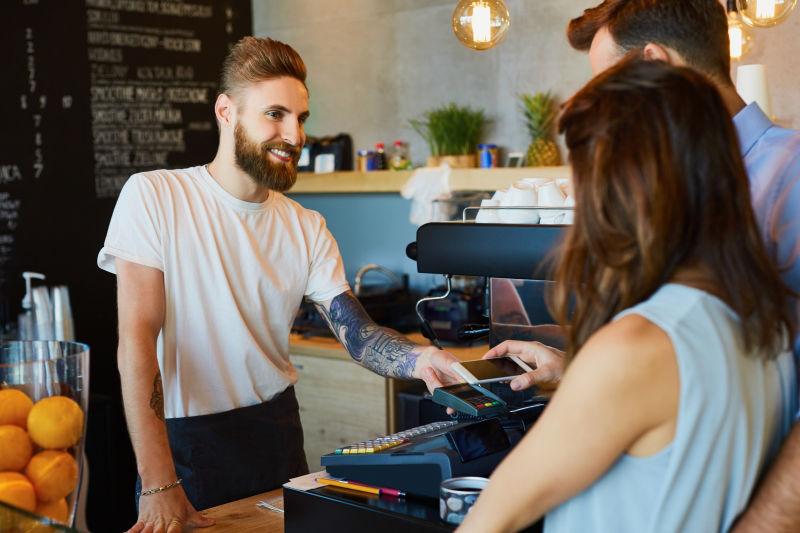 咖啡店里客人正在用手机付款